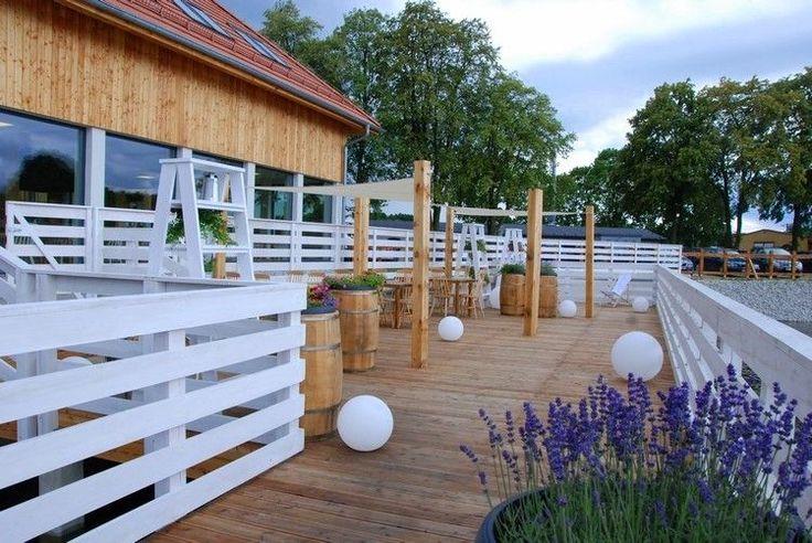 Die Terrasse mit Pflanzenkübeln aus Weinfässern dekorieren