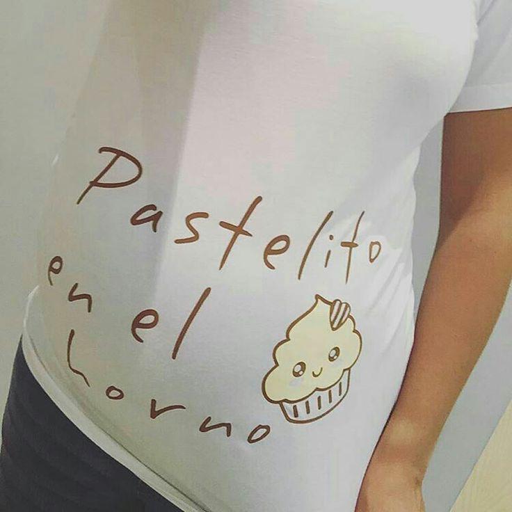 Un pastelito como el que hay en esta barriga no lo hace cualquiera, por eso la mamá es...¡¡pastelera!! Es Alma Obregón embarazada, inaugurando un nuevo diseño Wondermami, de una camiseta premamá que parece hecha solo para ella jeje ¿Te gusta la camiseta? La puedes encontrar en www.wondermami.com #wondermami #premamá #embarazo