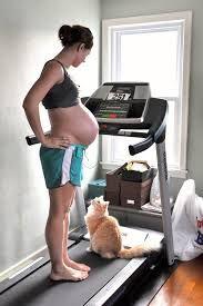 Czy trening na bieżni podczas ciąży jest wskazany?  I tak i nie. Przede wszystkim nie ma przeciwskazań, jeśli kobieta jeszcze przed ciążą uprawiała sport i regularnie trenowała. Nie należy jednak rozpoczynać treningów dopiero po zajściu w ciążę. Zalecany jest kontakt z lekarzem prowadzącym, który stwierdzi, czy trening taki nie zaowocuje powikłaniami. http://www.bieznietreningowe.pl/jak-cwiczyc/bieganie-a-ciaza/