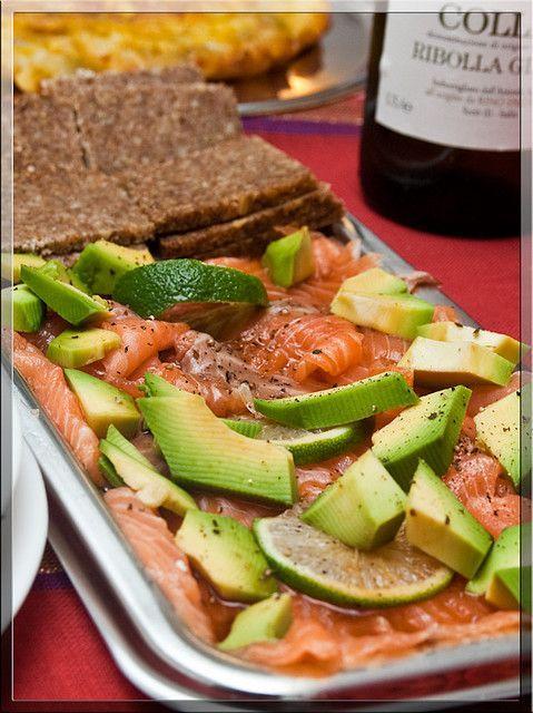 Salmone affumicato con avocado in salsa di soia e lime