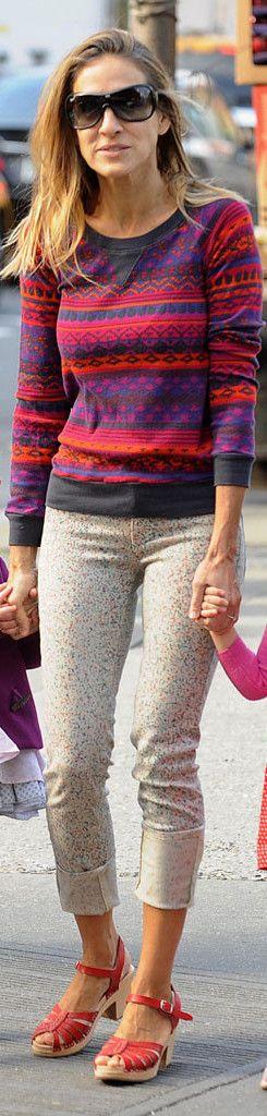 Сара Джессика Паркер в свитере с принтом и подвернутых штанах в цветной горошек