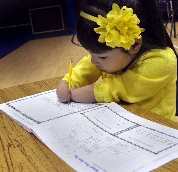 Menina que nasceu sem as mãos vence concurso de caligrafia nos EUA  Anne Clark, de 7 anos, ganhou prêmio para estudantes com deficiência.   Ela usa os braços para segurar o lápis e escrever.