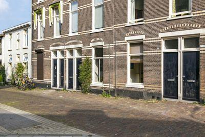 LET OP: deze woning wordt aangeboden met een vanafprijs. Biedingen vanaf € 150.000,- k.k. worden door de verkoper serieus in overweging genomen!    Ben je op zoek naar een sfeervolle, centraal gelegen benedenwoning met veel buitenruimte, in een prettige wijk in Arnhem?    In een van de leukste straatjes in de fijne wijk Heijenoord gelegen sfeer
