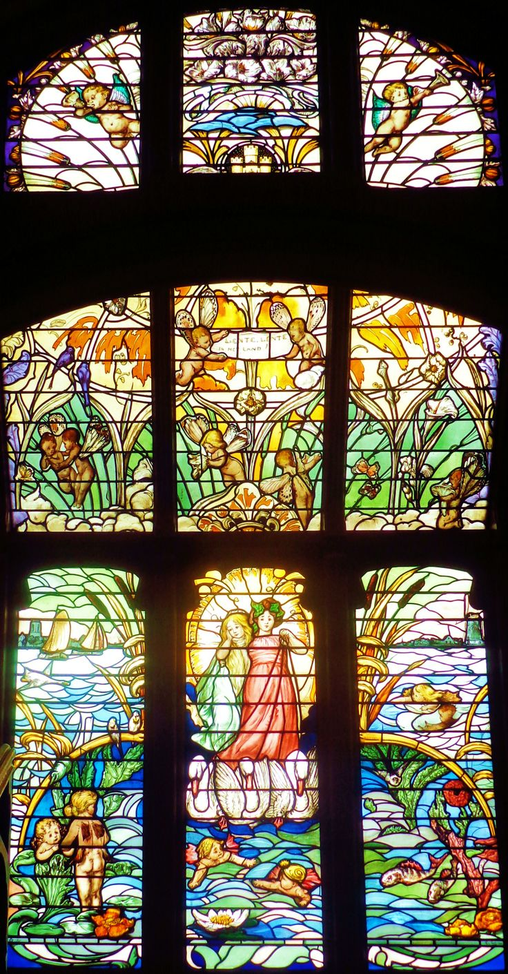Op de wanden van de hal, het trappenhuis en op de eerste verdieping zijn schilderingen van Co Breman te zien die betrekking hebben op het verbouwen, oogsten en verwerken van graan. De gebrandschilderde ramen in het trappenhuis zijn in 1919 naar ontwerp van Adolf le Comte aangebracht.