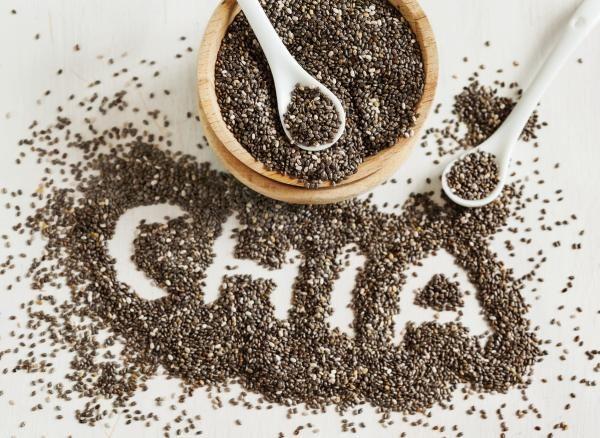 Beneficios de las semillas de chía para el cabello. Las semillas de chía o también conocidas científicamente por el nombre de Salvia hispanica L. son unos pequeños frutos de color café extraídos de una planta que cultivaban algunas civilizaciones antig...
