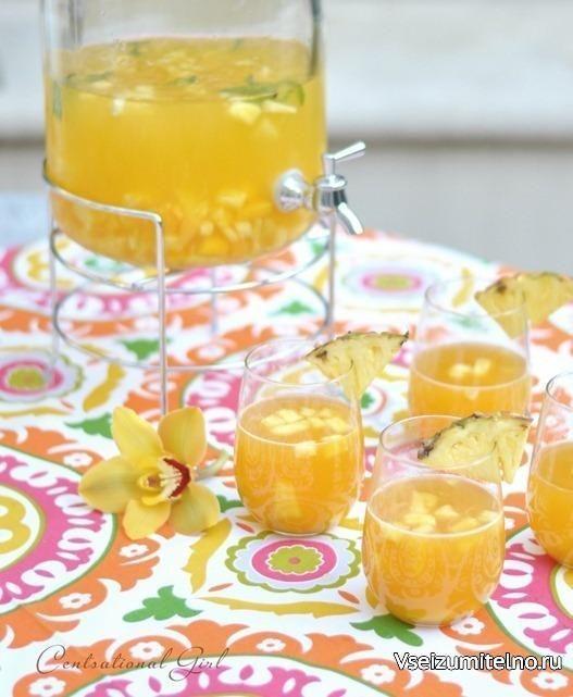 Сангрия Тропическая   Ингредиенты:   2 бутылки Пино Гриджио 1 ананас 1 стакан персикового нектара 1 манго 2-3 нектарина (или персика) Лёд мята  Приготовление:  Очисть и нарежь ананас, манго и нектарины. Отложи несколько ломтиков ананаса для сервировки. Помести фрукты в кувшин, залей охлажденным вином, нектаром, добавь немного льда и мяту. Укрась стаканы ломтиками ананаса и подавай.