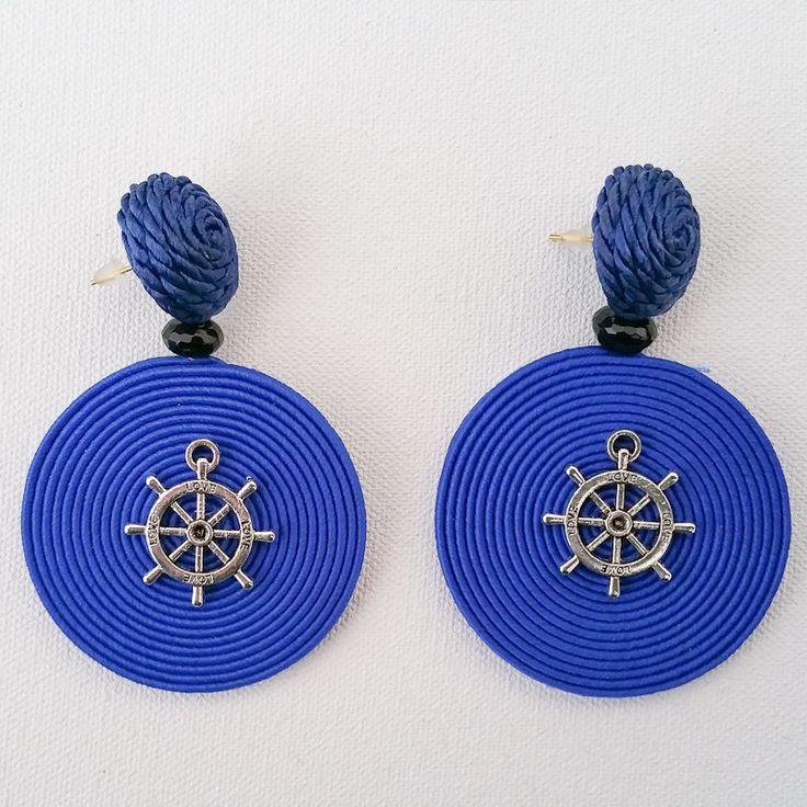 Orecchini in seta e metallo, realizzati interamente a mano.