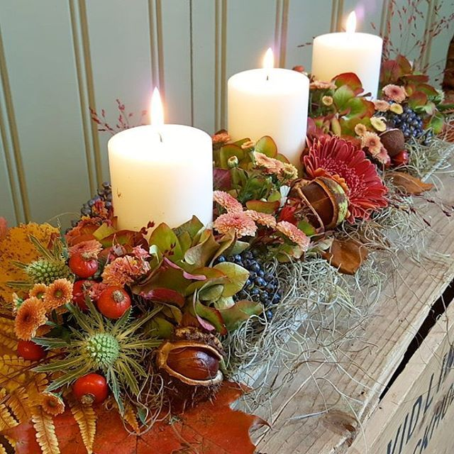 Låg bordsdekoration i höstigt tema. Vi hjälper er gärna med alla typer av blomster arrangemang, allt ifrån enkla buketter till bröllopsbuketter, begravningskransar, kistdekorationen mm. För beställningar och konsultation maila humlebomi@gmail.com  #humleboinredning#humlebo#inredning#trädgård#blommor#flower#bröllop#begravning#begravningsblommor#butikpålandet#uppsala#almunge#lantligt#fiori#höstdekoration#höstarrangemang#autumn#
