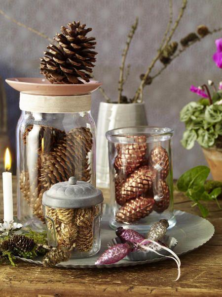Im Wald lassen sich Tannen- und Fichten- Zapfen sammeln. Mit Goldlack edel bearbeitet & in Bonbonieren gefüllt werden sie zum attraktiven Ensemble.