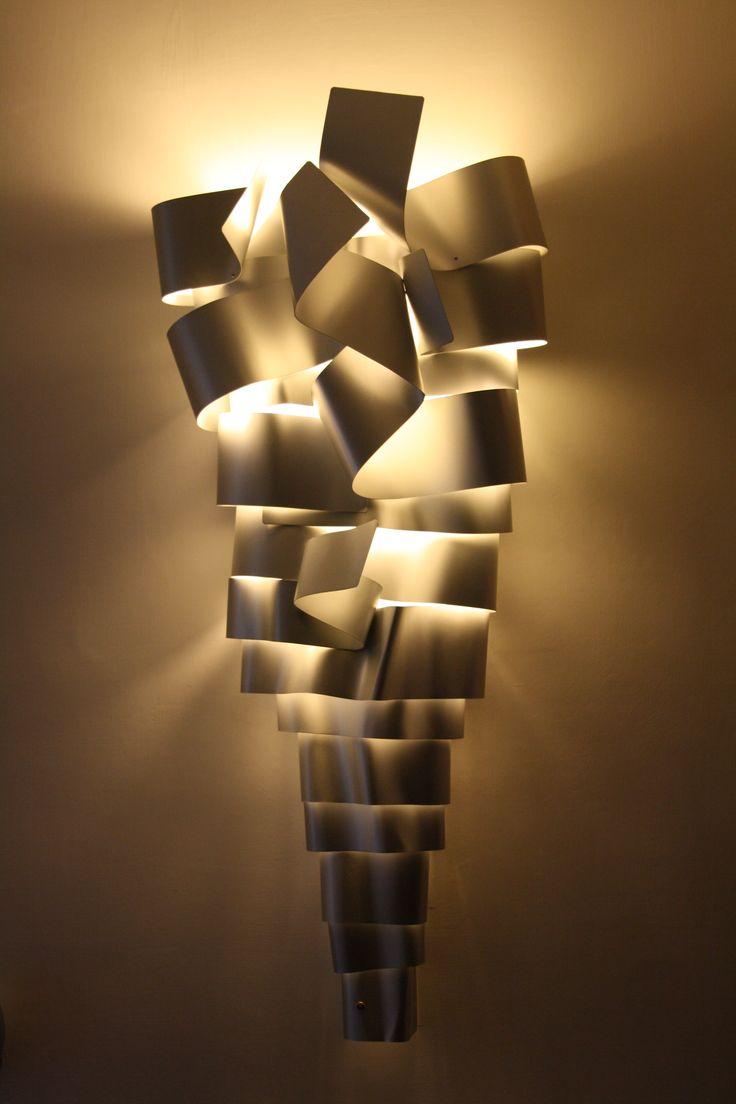 Rampicante  BIG    La scultura luminosa misura circa 140 (altezza) x 50 (lato maggiore) x 10 (lato minore) x 40 cm.(profondità). Tale scultura è realizzata in alluminio anodizzato e deve essere posizionata a parete. http://www.ruotaaffari.com/andrea-olivazzo-sculture-luminose/#more-1794