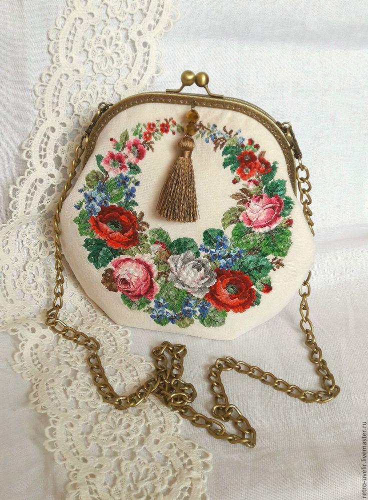 Купить или заказать Нарядная сумочка с микровышивкой 'Ностальжи' в интернет-магазине на Ярмарке Мастеров. Шикарная сумочка с микровышивкой на фермуаре. Вышивка выполнена по эскизам 19 века. Внутри 2 кармашка для порядка :-). К сумочке прилагаются длинная цепочка для носки через плечо и короткая плетеная ручка. Все на карабинах, отстегивается. Неповторимый цветочный орнамент придает сумочке определенный шарм. Кисточку по желанию можно снять. Несомненно, такая сумочка завершит Ваш прекр...