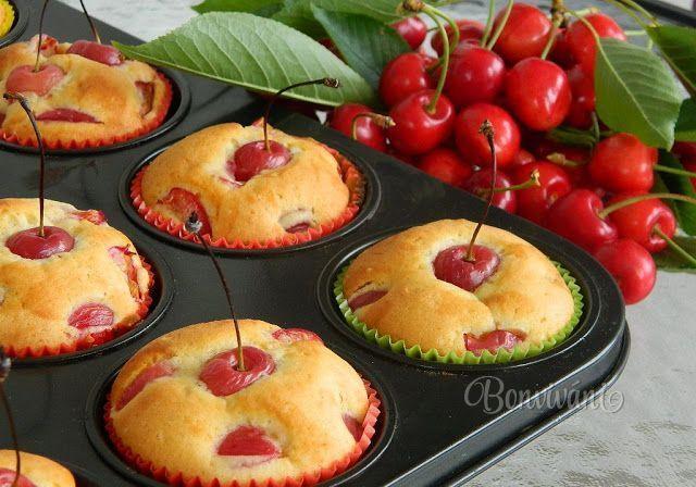 Jednoduchý a rýchly recept na muffiny s čerstvými čerešňami. Môžete použiť aj iné ovocie (podľa sezóny) a keď dáte namiesto mlieka vodu, alebo rastlinné mlieko sú vhodné aj pri bezlaktózovej diéte.