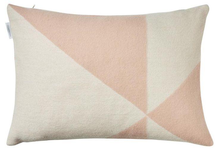 Roze kussen geweven van merino wol met prachtig grafisch patroon. Het sierkussen is langwerpig en staat geweldig op je bank. Gratis verzending. - € 55,00