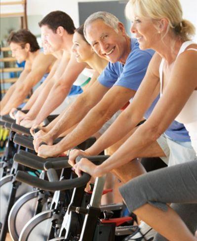 pessoas se exercitando na bicicleta ergométrica - Foto Getty Images