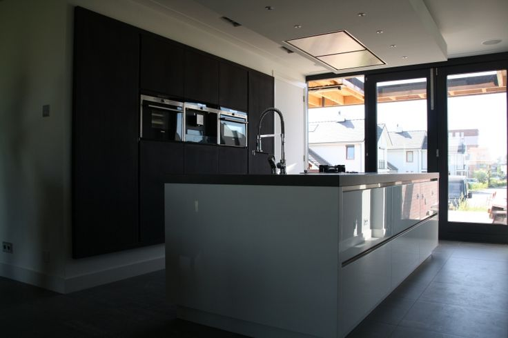 Hoogglans wit moderne keuken.
