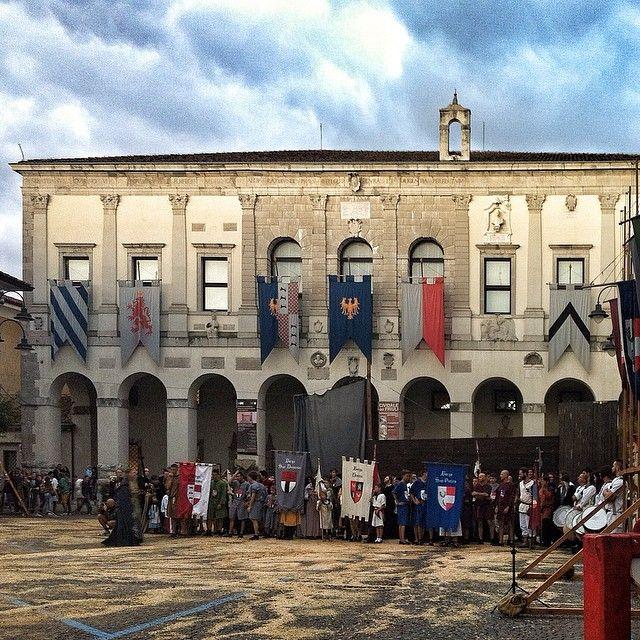 Ready for the Palio Ai piedi del Museo di #CividaleDelFriuli si sono radunati i corridori dei vari borghi per la corsa a staffetta, una delle gare previste per il torneo che vede le varie zone...