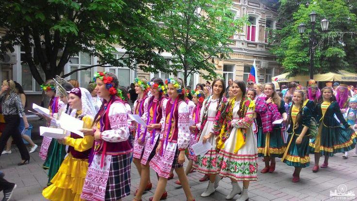 В Саратове прошел парад «Дружба народов» в в традиционных костюмах      #Саратов #СаратовLife