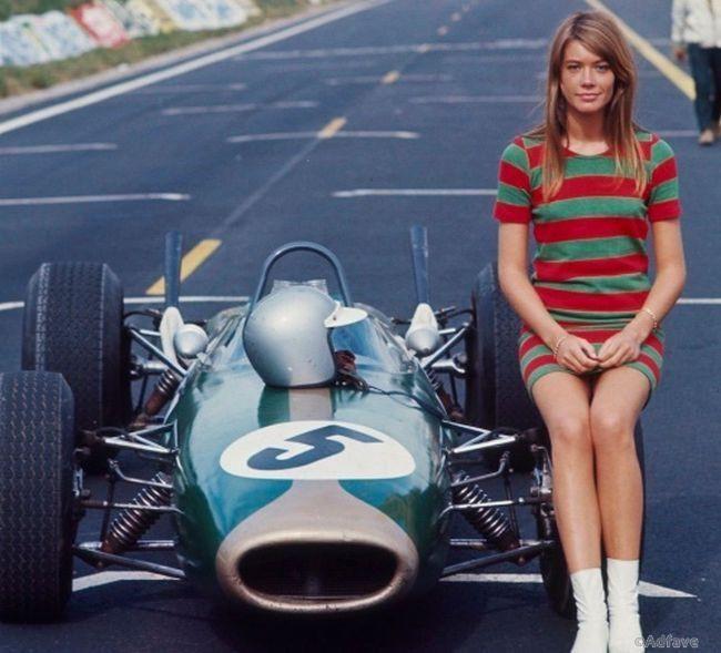 Франсуаза Арди верхом на болиде Формулы 1.