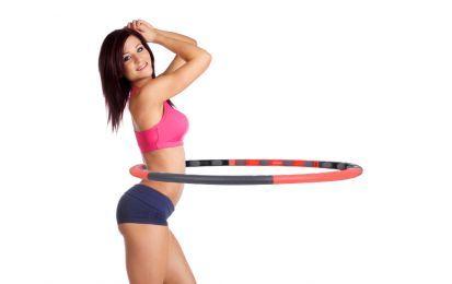 Esercizi con l'hula hoop per dimagrire - Gli esercizi con l'hula hoop non sono solo divertenti, ma permettono di dimagrire e bruciare moltissime calorie, tonificando persino addominali, gambe e glutei.