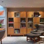 Veja como decorar um cantinho de leitura em casa, com poltrona e luminária. Ideias de decoração com peças de design sofisticado e estantes lindas.