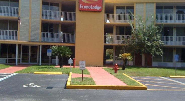 Econo Lodge - Kissimmee Kissimmee Located in Kissimmee, Florida, this hotel is a 15-minute drive to Walt Disney World theme park. The hotel features a free theme park shuttle, continental breakfast and free Wi-Fi.