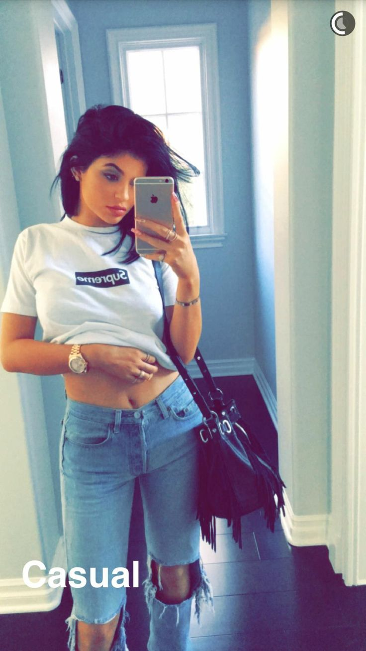 Wallpaper iphone kylie - Kylie Jenner In Supreme Graphic Tee And Skinny Jeans