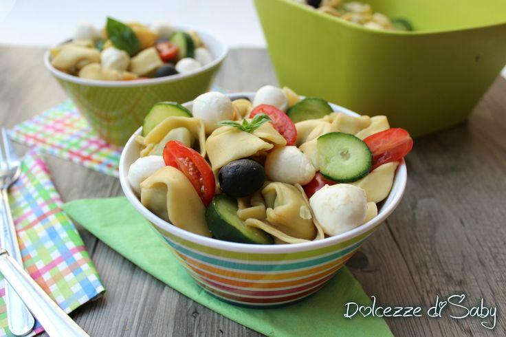 Io amo i tortellini e li faccio spesso anche in estate con l'insalata di tortellini, una tipica ricetta estiva molto semplice e fresca nei sapori, ideale d