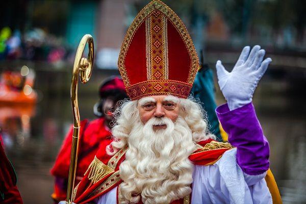 """Sinterklaas komt dit jaar niet naar Nederland. Sinterklaas nam dit besluit naar aanleiding van de discussie over asielzoekers.""""Momenteel is het gewoon onverstandig om met een boot vol kleurlingen naar Nederland te gaan"""", aldus de Sint. Sinterklaas zegt te willen luisteren naar de stem van het volk. """"Veel Nederlanders hebben duidelijk te kennen gegeven dat buitenlanders niet welkom zijn in hun [...]"""