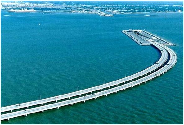 puente tunelen la Bahía de Chesapeake, que permite a el paso de los navíos de guerra de la base de Norfolk