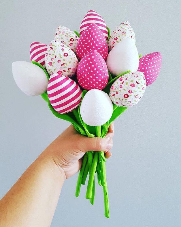 Bukiet składający się  z 13 tulipanów  W skład którego wchodzą ; 3 szt Ciemno różowe w białe kropeczki 3 szt biało różowe pasy  3 szt białe gładkie  4 szt białe w drobne różowe...