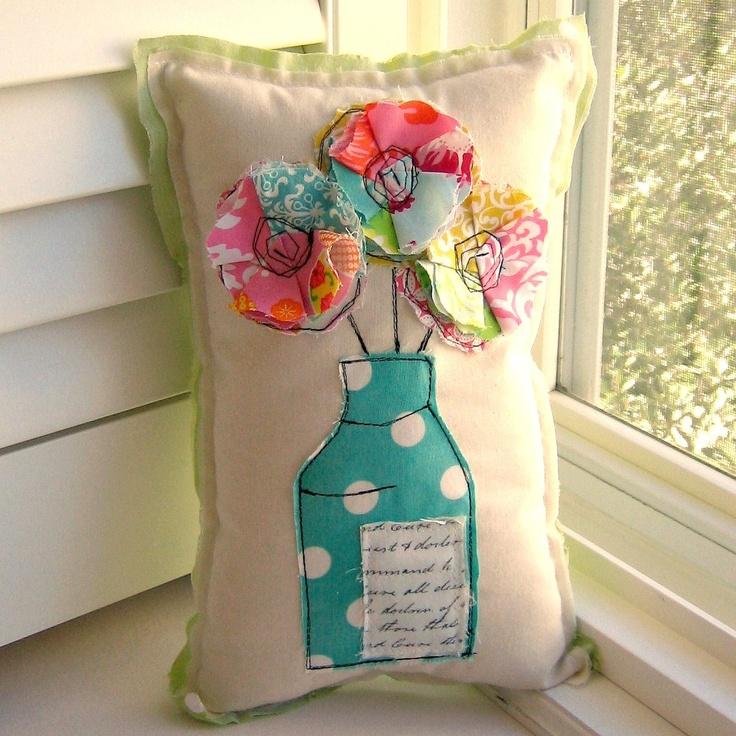 Almofada com aplicação de tecidos estampados formando flores * reutilizando retalhos * flores em vaso * almofada para decoração