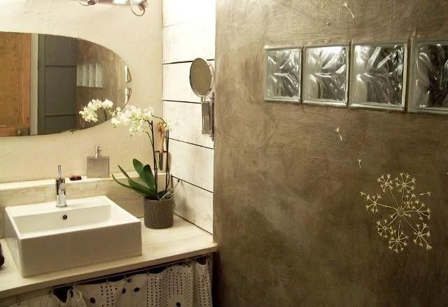 Salle de bain en béton ciré d'un appartement T2 à vendre dans le 6e arrondissement de Marseille