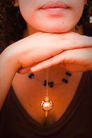 Le pendule est un instrument divinatoire que j'affectionne particulièrement. J'avais une quinzaine d'années lorsque j'ai eu mon premier pendule etil m'a fallu quelqu…