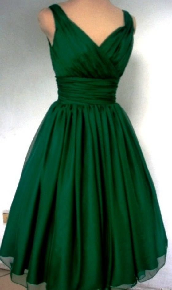 Emerald green chiffon dress with V neckline and back. - If I ever had an occasion to wear this, I would just die! Sooo elegant!