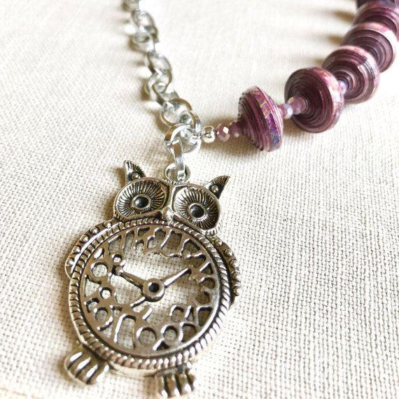 Originale collana con perline di carta riciclata color lavanda e un pendente portafortuna a forma di gufo,  gioielli artigianali