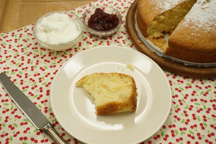 La torta yogurt greco bimby è una deliziosa ricetta light che se vuoi puoi arricchire con mele, miele o cioccolato, anche se aumenteranno un po' le calorie.
