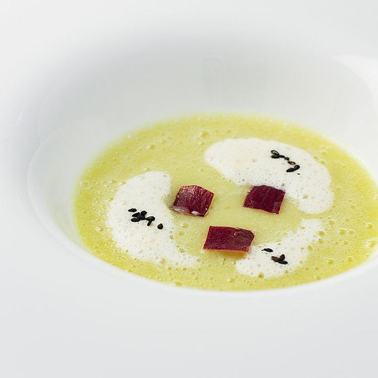 さつまいものポタージュ パープルなるとと豆乳の泡を浮かべてレストラン「アマデウス」ナチュール | ウェスティンホテル大阪