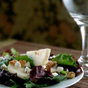 Теплый салат с козьим сыром, грецкими орехами и грушей