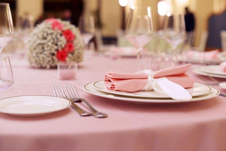 Allestimento tavoli in rosa