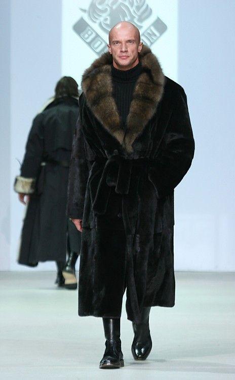 Russian fur coat...purtata cu cizme inalte negre si helanca neagra sau verde inchis si pantaloni negrii slim
