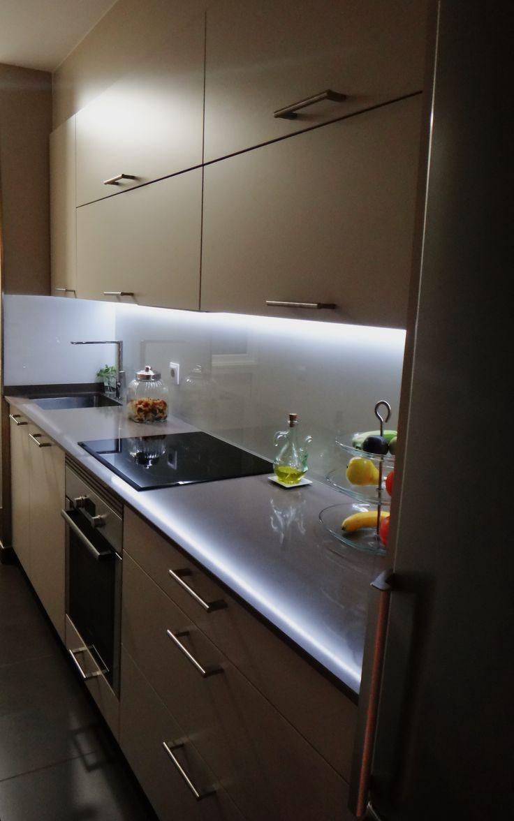 Cocina santos ariane2 color arena con sobre de silestone gedatsu y pared en vidrio lacado color - Led para cocina ...