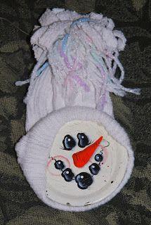 DIY a Homemade Christmas 'Snowman Head Ornament'. recycled and old sock for the hat and a sealing lid from a canning jar for the face. Need a Sock, Jar Lid, Paint for the Face, Glue to glue the lid into the Sock, a bit of yarn to tie the Hat and hang. •°•° DIY een zelfgemaakte Kerst Sneeuwman Hoofd Ornament'. Gerecycled van een oude sok voor de muts en een deksel van een glazen pot voor het gezicht. Nodig: Een sok, pot deksel, acrylverf voor gezicht, lijm om deksel aan de sok vast te maken…