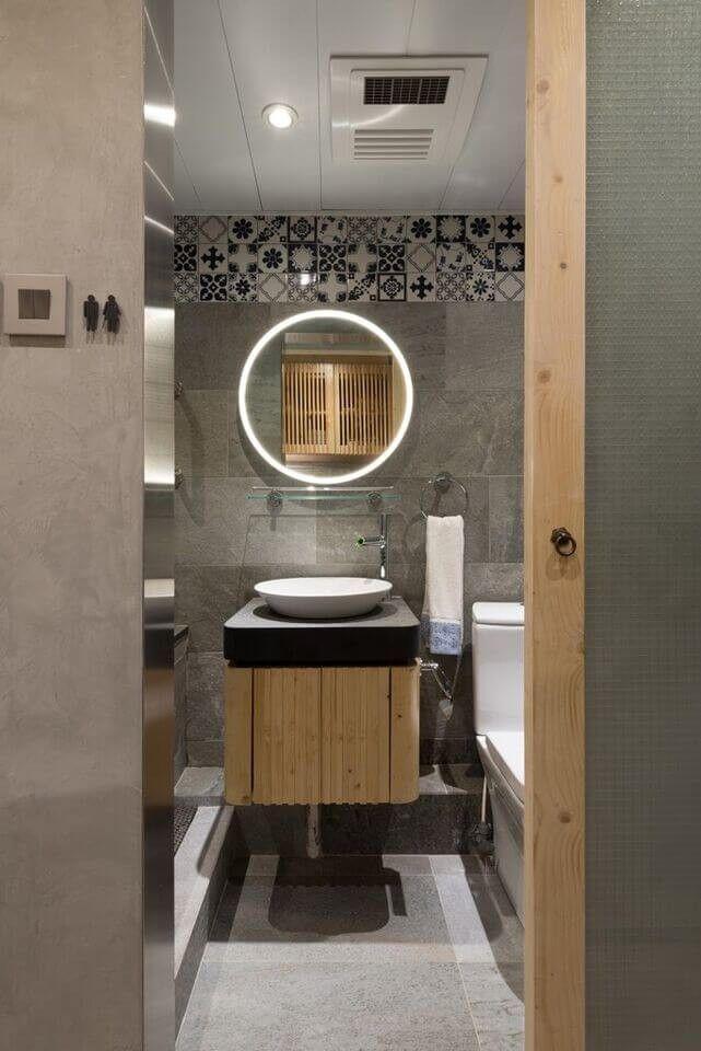 Die Komplexität des Designs in diesem schlanken und Fab Badezimmer wird durch die Anordnung der Features wie die schwimmenden Eitelkeit Zähler und Schiff versenken, Marmorwand und gemusterten Fliesen in Richtung der des weiter aufgedeckt.