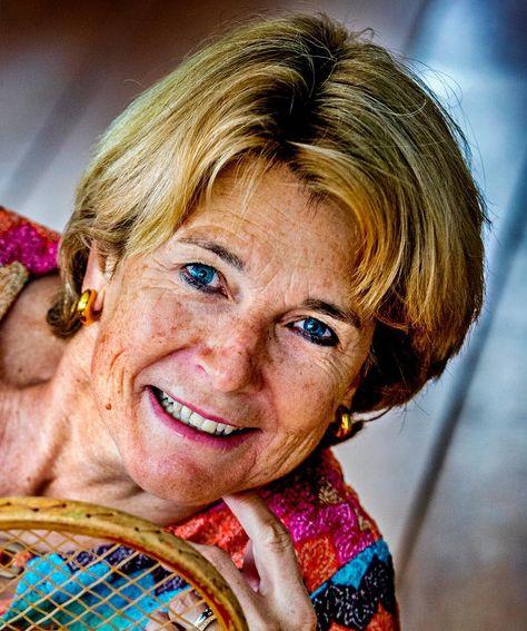 Marcella Mesker 23-05-1959 Nederlands televisiecommentatrice en voormalig professioneel tennisspeelster. Mesker speelde van 1979 tot 1988 professioneel tennis en bereikte de 31e plaats op de wereldranglijst. Na het einde van haar carrière werd Mesker tenniscommentator voor de NOS. In 1987 maakte ze haar debuut. Ook geeft ze commentaar bij Ziggo Sport. Mesker heeft een onderneming van waaruit zij lezingen en clinics geeft. https://youtu.be/T21A6_IWMEU