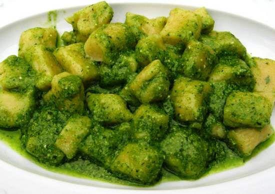 Gli gnocchi sono una delle tipologie di pasta fresca più amate e quando si tratta di gnocchi fatti in casa di certo sono ancora più buoni. Potrete preparare i vostri gnocchi fatti in casa con un impasto a base di patate, di carote, di semolino, di zucca e non solo. Poi vi basterà scegliere il vostro condimento preferito. Ecco le ricette per gli gnocchi fatti in casa a cui potrete ispirarvi.