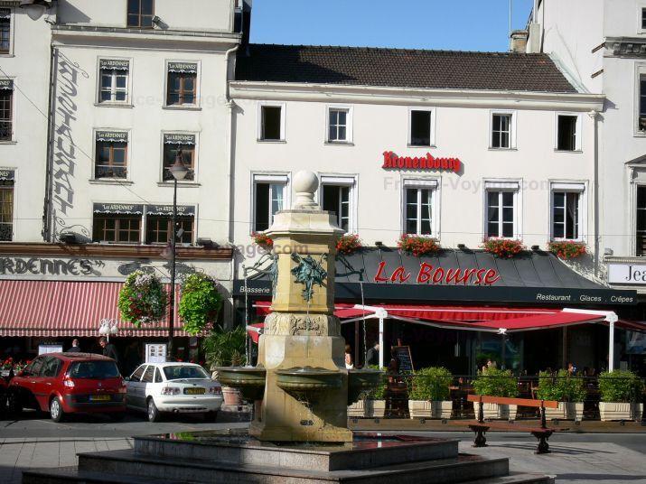 Châlons-en-Champagne: Place de la République : fontaine, maisons et restaurants - France-Voyage.com