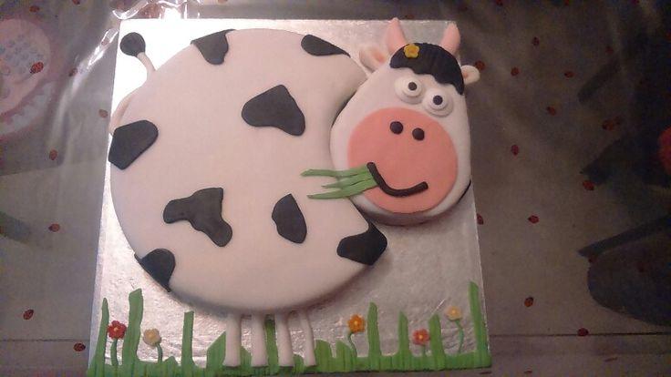 Tarta con forma de vaca hecha con mucho amor para mi mamá!!  el relleno de crema de dulce de leche. ..para chuparse los dedos.