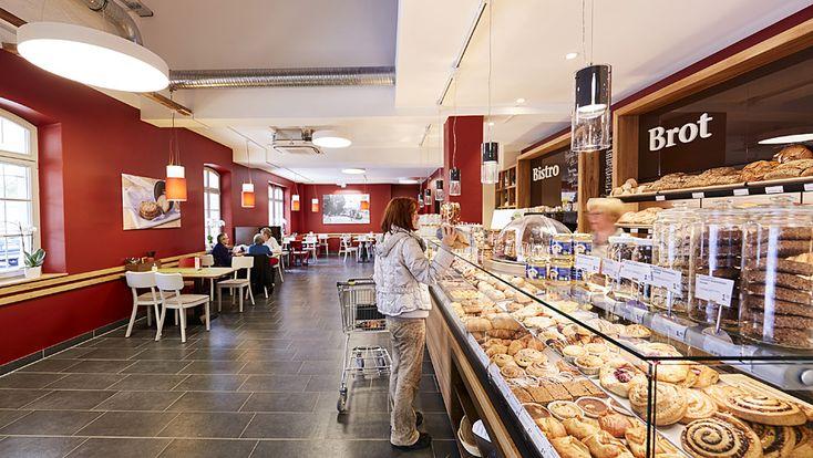 Darüber hinaus betreibt der Händler in seinen Filialen - intensiver als etwa Wettbewerber Alnatura - eigene Marktbistros mit warmen Tagesgerichten und Snacks.