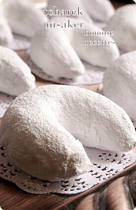Bonjour, les cornes de ghazel, ou le tcarek msaker est un gateau algerien très délicieux, ce sont des petits croissants fourrés au amandes et enrobes de sucre glace. ingrédients pour la pate 3 mesures de farine 1 mesure de beurre fondu 2 c a soupe de...