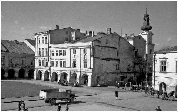 Przed renowacją Starówki...............cz1 ...komentarz Ewa Dąbska ..Przy ulicy Grodzkiej  - dobudowano kamienicę nr 5a -w latach 1955-1957/po lewej/, której tu nie było wówczas -i jeszcze nie ma; ...a kamienicę nr 7 /po prawej/ podwyższonoo o piętro ...tu może być czas po roku  1936, ponieważ wtedy zniknęły kioski z Rynku Wielkiego i pojawiły się trawniki oraz fasady kamienic otrzymały kolory, co widać na zdjęciach z czasów okupacji